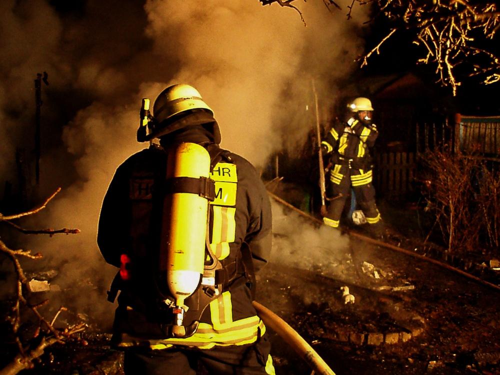 Brennende Gartenhütte in Hochheim